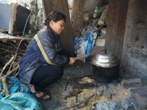 Người mẹ đơn thân nuôi 2 người con viết đơn xin ra hộ nghèo, nhường cho gia đình khó khăn hơn