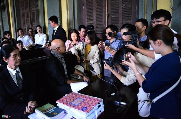 Vợ chồng vua cà phê Trung Nguyên trong vòng vây báo chí tại tòa-2