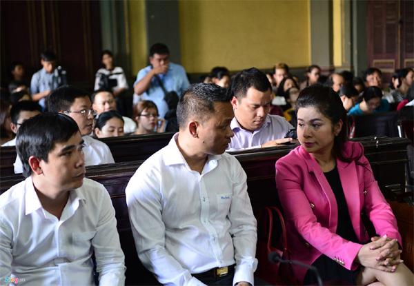 Vợ chồng vua cà phê Trung Nguyên trong vòng vây báo chí tại tòa-4
