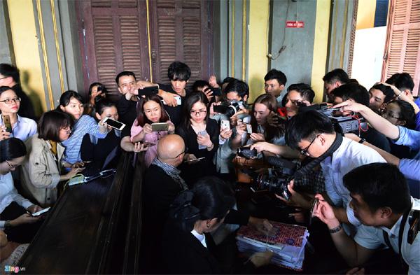 Vợ chồng vua cà phê Trung Nguyên trong vòng vây báo chí tại tòa-11