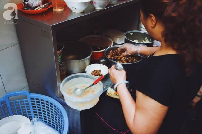Quán bún chả nằm sâu trong ngõ nhỏ, trưa nào thực khách cũng phải xếp hàng đợi chờ mới đến lượt ăn ở phố cổ-2