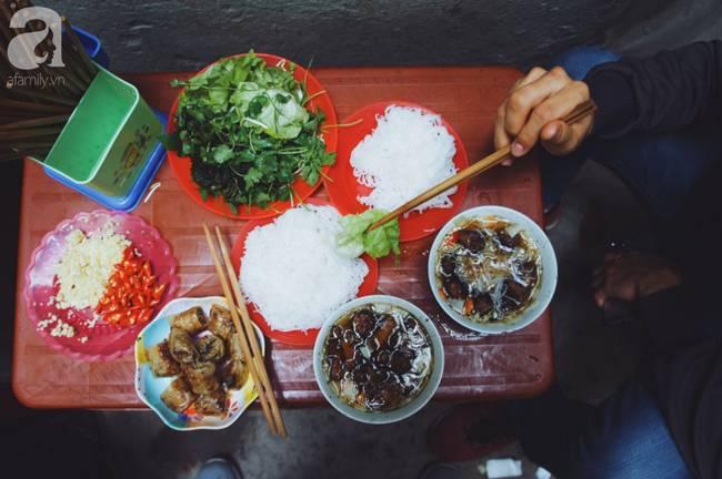 Quán bún chả nằm sâu trong ngõ nhỏ, trưa nào thực khách cũng phải xếp hàng đợi chờ mới đến lượt ăn ở phố cổ-6