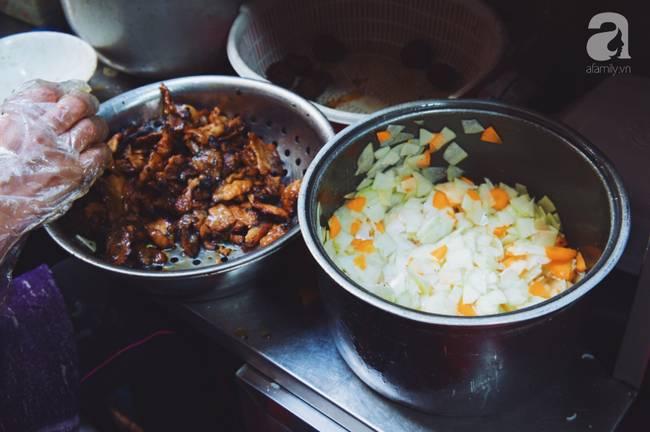 Quán bún chả nằm sâu trong ngõ nhỏ, trưa nào thực khách cũng phải xếp hàng đợi chờ mới đến lượt ăn ở phố cổ-5