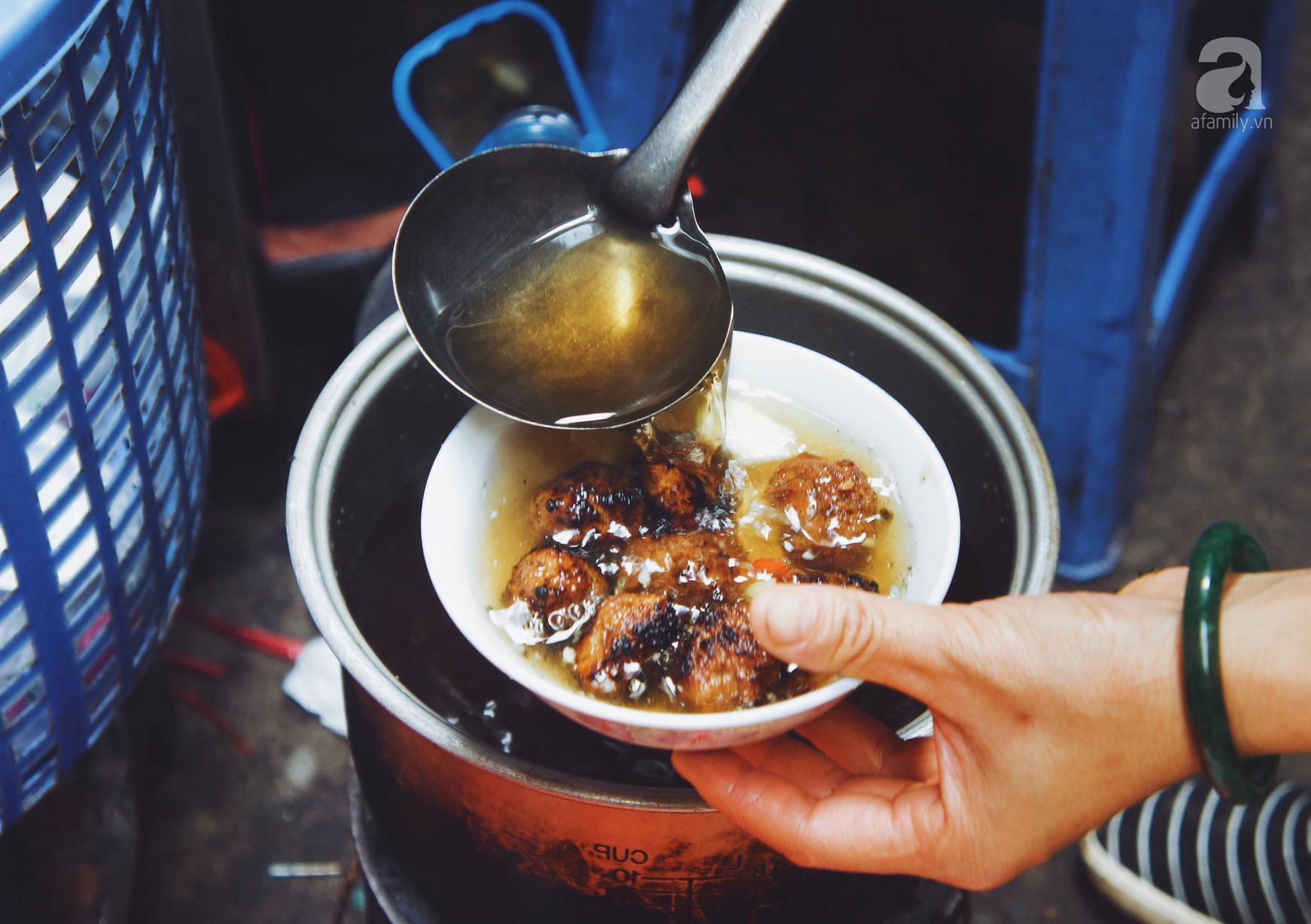 Quán bún chả nằm sâu trong ngõ nhỏ, trưa nào thực khách cũng phải xếp hàng đợi chờ mới đến lượt ăn ở phố cổ-9