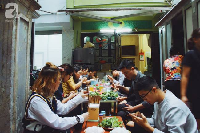 Quán bún chả nằm sâu trong ngõ nhỏ, trưa nào thực khách cũng phải xếp hàng đợi chờ mới đến lượt ăn ở phố cổ-12