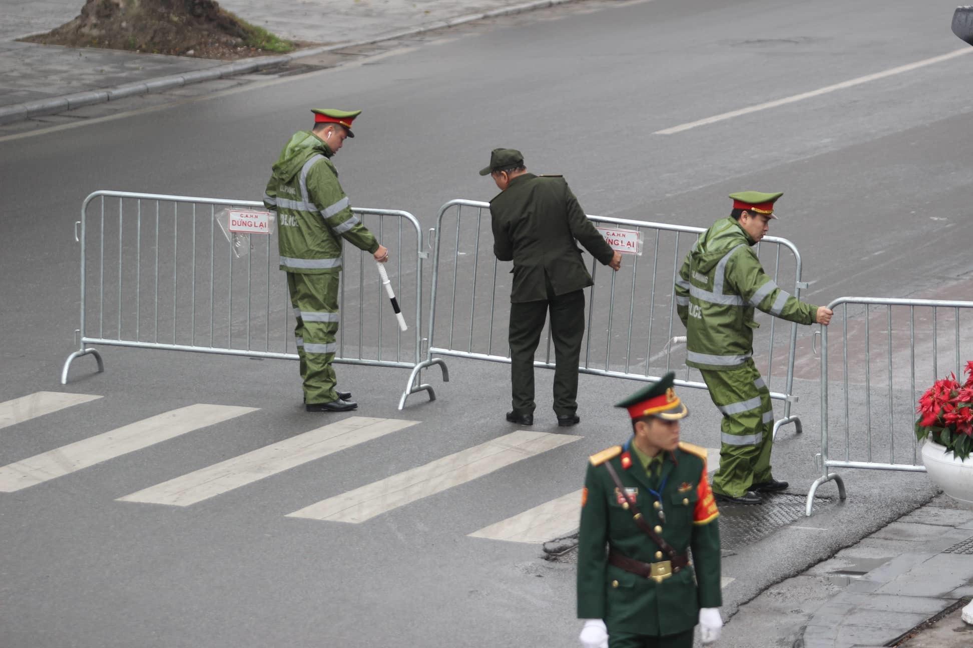 Ông Kim Jong-un cười rạng rỡ khi đến Hà Nội-19