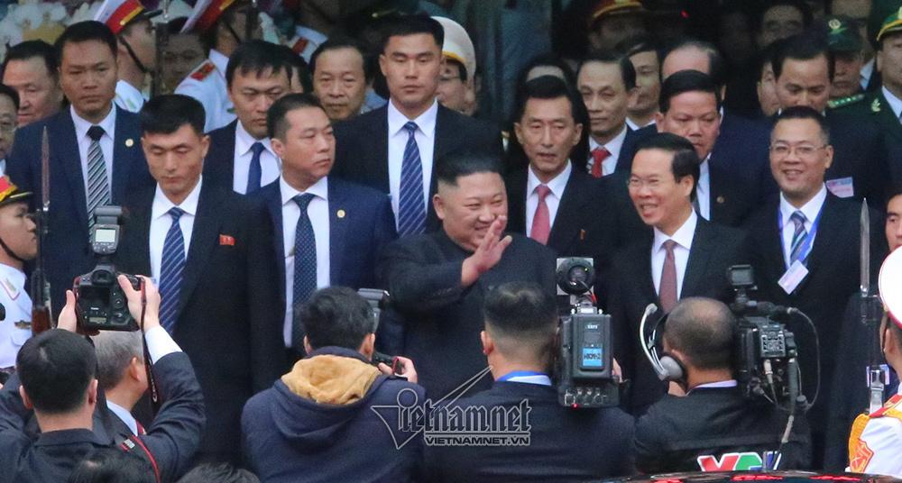 Ông Kim Jong-un cười rạng rỡ khi đến Hà Nội-1