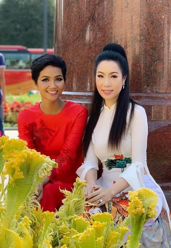 Á hậu Trịnh Kim Chi, HHen Niê rạng rỡ áo dài gây náo loạn đường phố-1