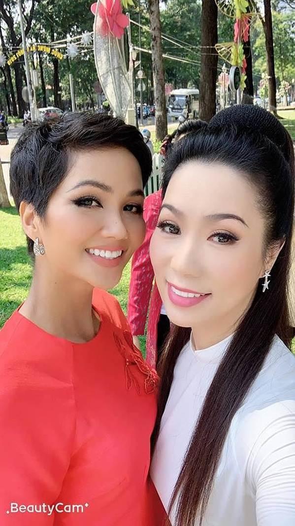 Á hậu Trịnh Kim Chi, HHen Niê rạng rỡ áo dài gây náo loạn đường phố-2