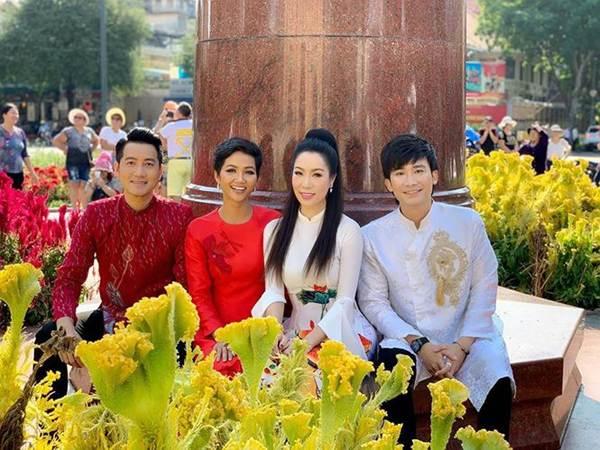 Á hậu Trịnh Kim Chi, HHen Niê rạng rỡ áo dài gây náo loạn đường phố-3