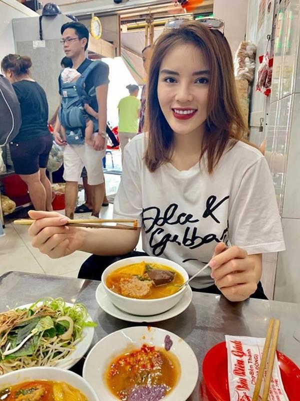 Á hậu Trịnh Kim Chi, HHen Niê rạng rỡ áo dài gây náo loạn đường phố-11