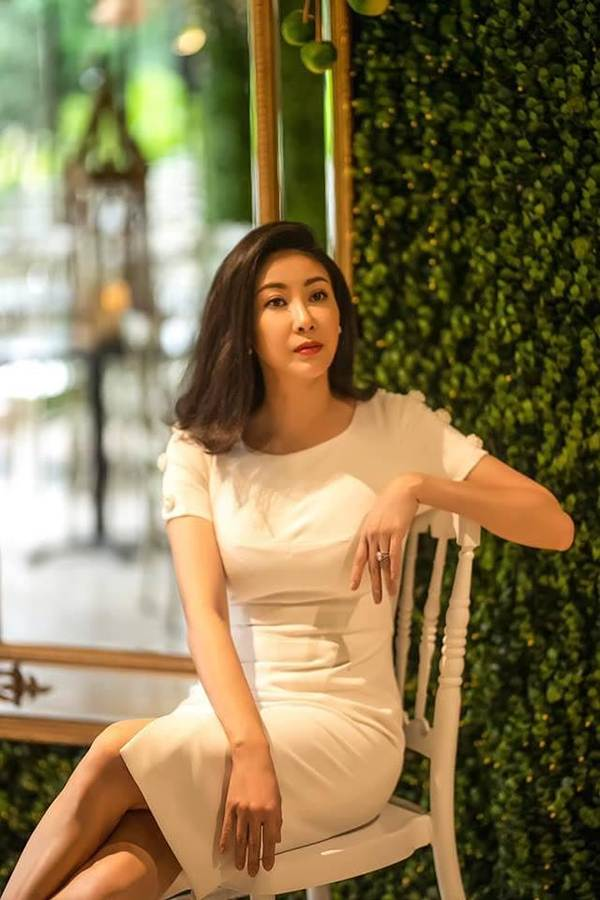 Á hậu Trịnh Kim Chi, HHen Niê rạng rỡ áo dài gây náo loạn đường phố-13