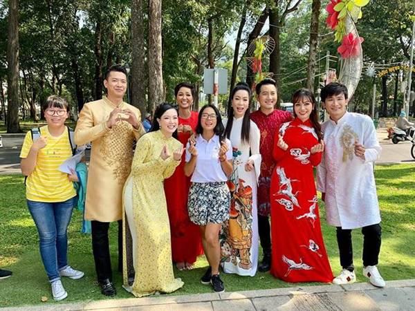 Á hậu Trịnh Kim Chi, HHen Niê rạng rỡ áo dài gây náo loạn đường phố-4