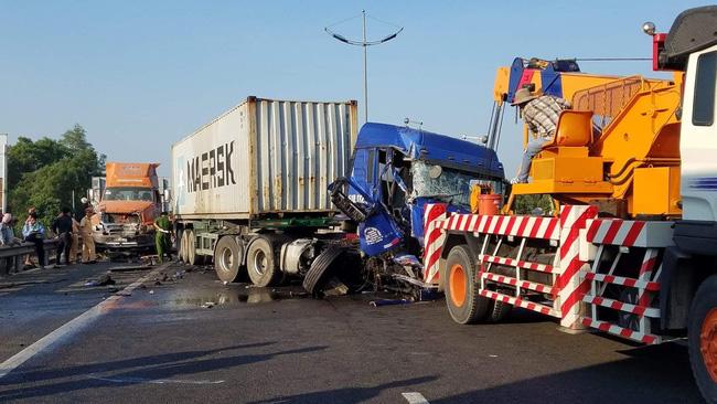 Va chạm liên hoàn trên cao tốc TP.HCM - Trung Lương giữa 3 container, 1 người chết, 1 người bị thương nặng-1
