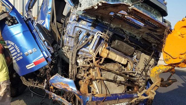 Va chạm liên hoàn trên cao tốc TP.HCM - Trung Lương giữa 3 container, 1 người chết, 1 người bị thương nặng-2