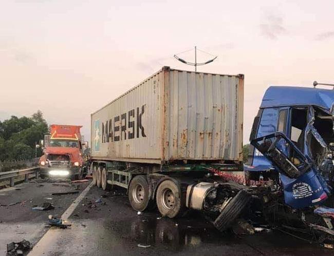 Va chạm liên hoàn trên cao tốc TP.HCM - Trung Lương giữa 3 container, 1 người chết, 1 người bị thương nặng-4