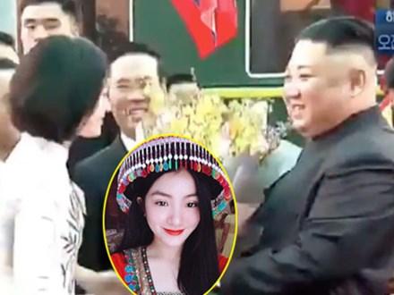 Nữ sinh tặng hoa cho Chủ tịch Triều Tiên Kim Jong-un: