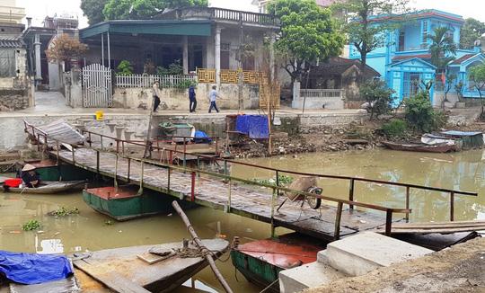 Khoảng 60 m đường trôi tuột xuống sông, dân hoảng loạn sơ tán khẩn cấp-4