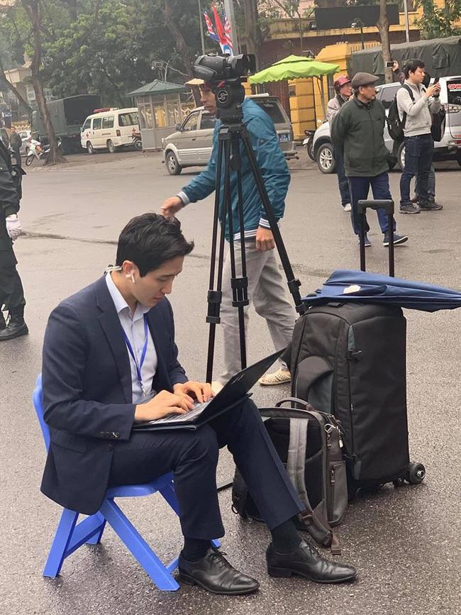 Xuất hiện nam phóng viên cực phẩm với góc nghiêng thần thánh tác nghiệp trong sự kiện thượng đỉnh Mỹ - Triều ở Hà Nội-1