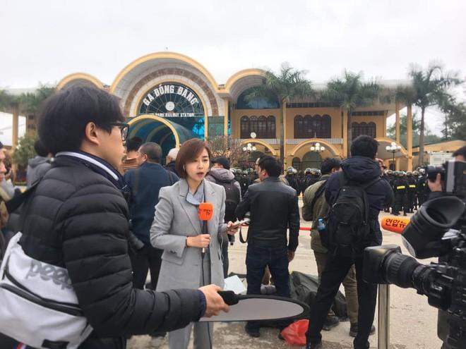 Nữ phóng viên Hàn Quốc xinh đẹp nổi bật giữa đám đông khi tác nghiệp sự kiện đón Nhà lãnh đạo Triều Tiên tại ga Đồng Đăng-2