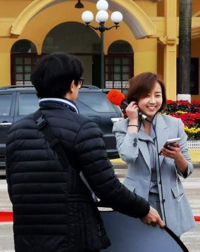 Nữ phóng viên Hàn Quốc xinh đẹp nổi bật giữa đám đông khi tác nghiệp sự kiện đón Nhà lãnh đạo Triều Tiên tại ga Đồng Đăng-3