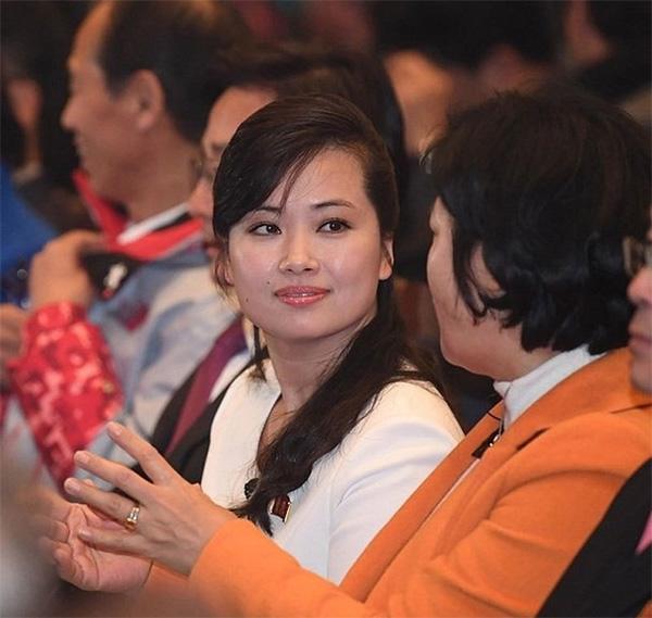 Vẻ đẹp nữ ca sĩ tháp tùng ông Kim Jong Un đến Hà Nội-1