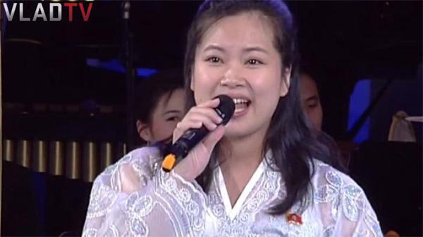 Vẻ đẹp nữ ca sĩ tháp tùng ông Kim Jong Un đến Hà Nội-3