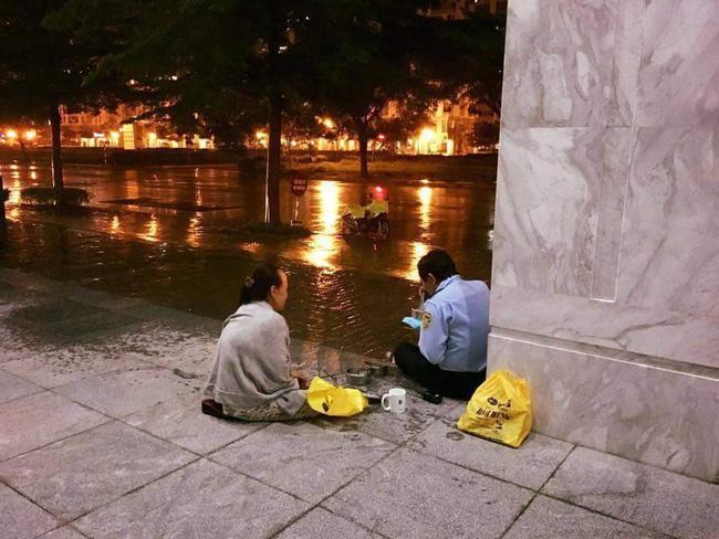 Giản dị một tình yêu dưới chân Sài Gòn ngày giông bão: Chồng làm bảo vệ được vợ đội mưa mang đến cho bữa cơm ấm lòng-1