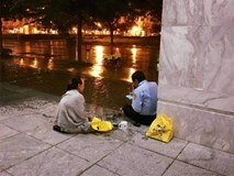 Giản dị một tình yêu dưới chân Sài Gòn ngày giông bão: Chồng làm bảo vệ được vợ đội mưa mang đến cho bữa cơm ấm lòng