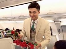 Nam tiếp viên hàng không đẹp trai như nam thần bất ngờ nổi tiếng sau bức ảnh bị hành khách chụp lén trên máy bay