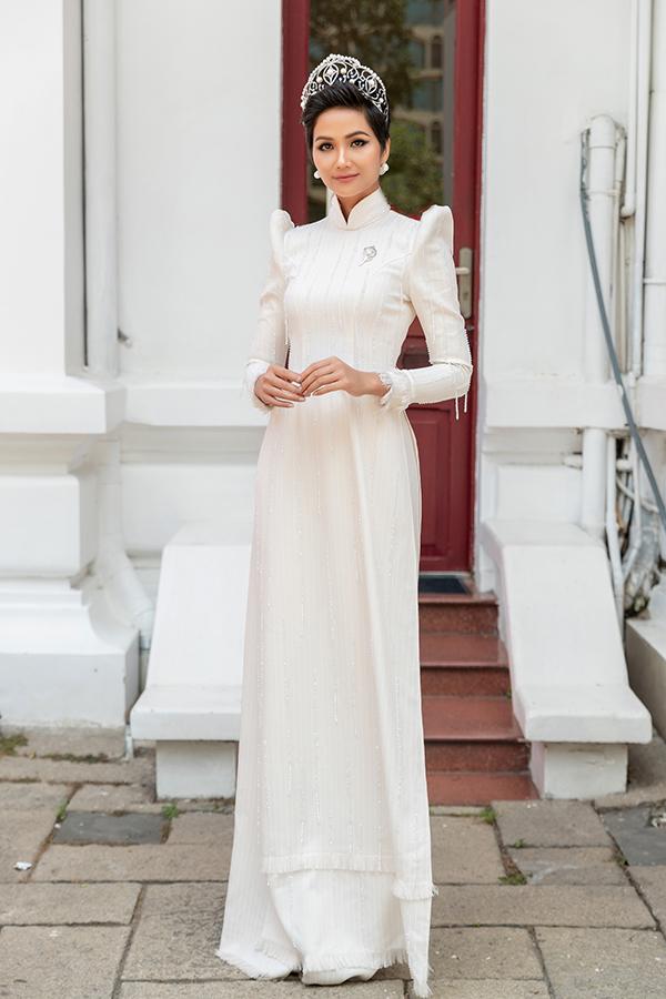 HHen Niê diện áo dài trắng thanh lịch quảng bá quốc tế trong lễ hội áo dài-1