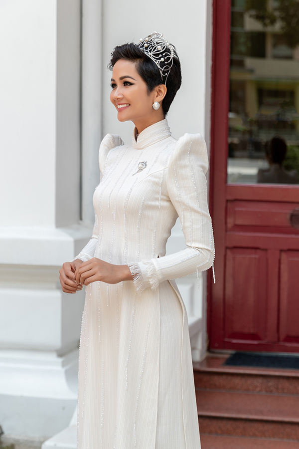 HHen Niê diện áo dài trắng thanh lịch quảng bá quốc tế trong lễ hội áo dài-3