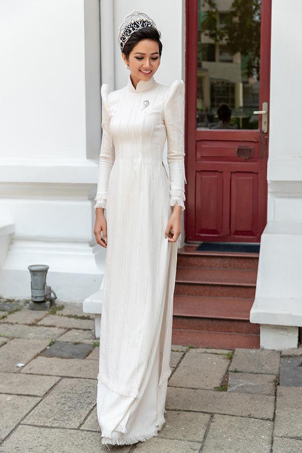 HHen Niê diện áo dài trắng thanh lịch quảng bá quốc tế trong lễ hội áo dài-4