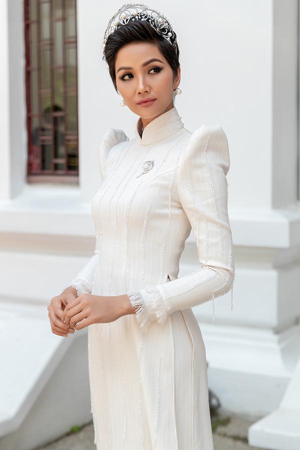 HHen Niê diện áo dài trắng thanh lịch quảng bá quốc tế trong lễ hội áo dài-6