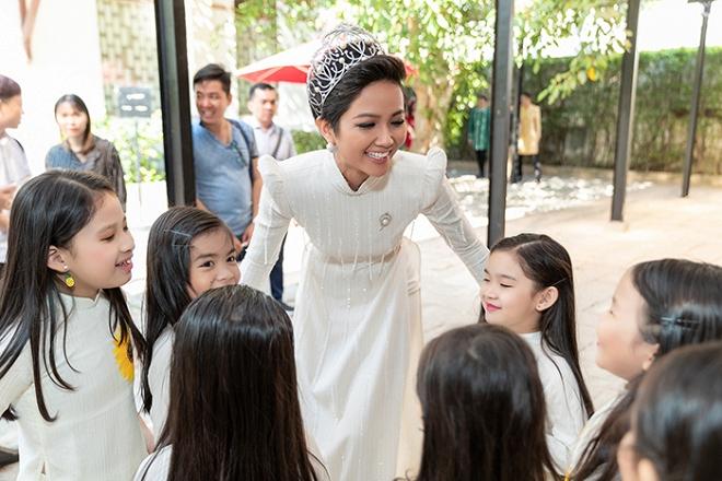 HHen Niê diện áo dài trắng thanh lịch quảng bá quốc tế trong lễ hội áo dài-9