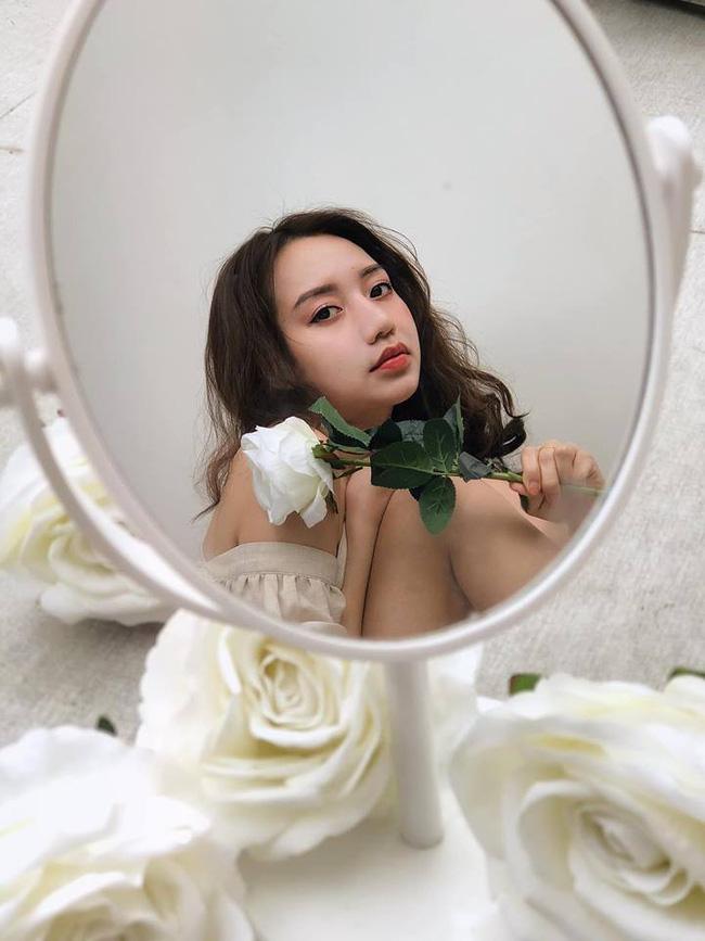 Dân mạng phát sốt với loạt ảnh lung linh cô gái bên hoa hồng trắng nhưng cảnh hậu trường mới thật sự thú vị-1