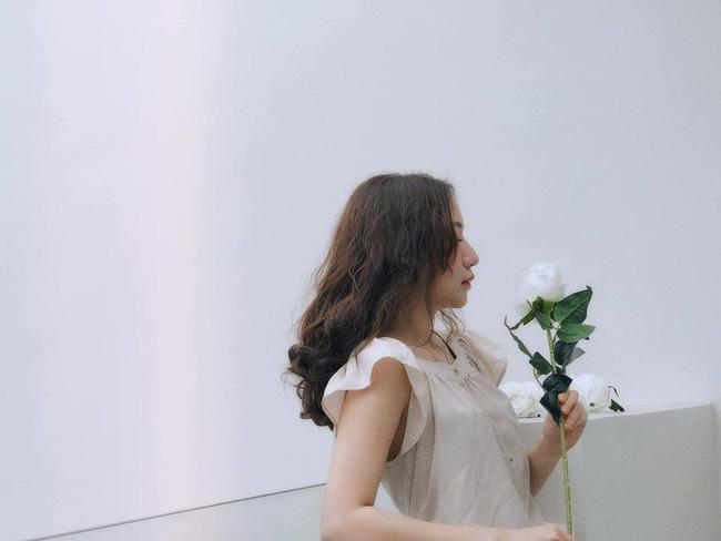 Dân mạng phát sốt với loạt ảnh lung linh cô gái bên hoa hồng trắng nhưng cảnh hậu trường mới thật sự thú vị-2