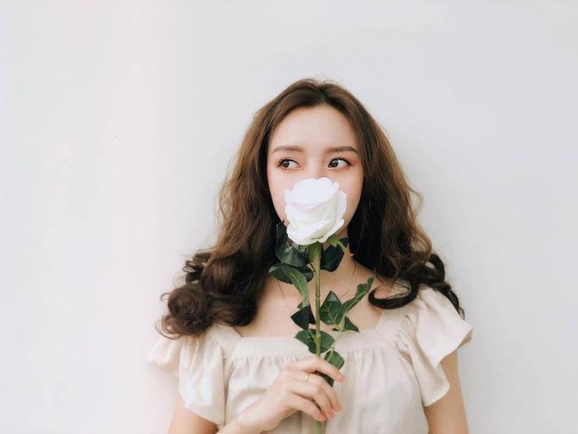 Dân mạng phát sốt với loạt ảnh lung linh cô gái bên hoa hồng trắng nhưng cảnh hậu trường mới thật sự thú vị-3