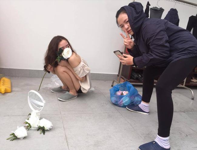 Dân mạng phát sốt với loạt ảnh lung linh cô gái bên hoa hồng trắng nhưng cảnh hậu trường mới thật sự thú vị-5