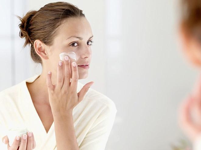 Khuôn mặt trong mịn như sương với 4 cách sử dụng dầu dưỡng da hiệu quả-3
