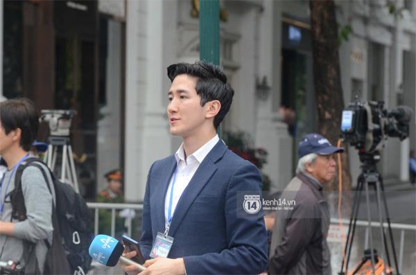 Nhiều chị em công sở bủa vây, tranh nhau chụp ảnh cùng nam phóng viên Hàn Quốc điển trai trên phố Hà Nội-2