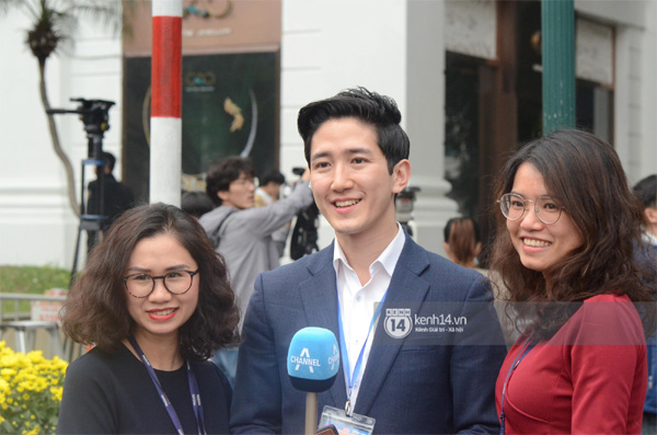 Nhiều chị em công sở bủa vây, tranh nhau chụp ảnh cùng nam phóng viên Hàn Quốc điển trai trên phố Hà Nội-7