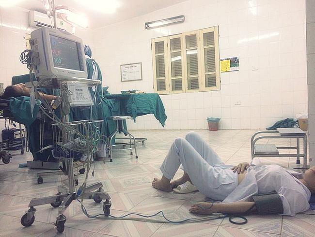 Bức ảnh con gái chụp mẹ là bác sĩ sản khoa bị ngất nằm truyền nước dưới đất sau ca mổ khiến dân mạng cay mắt-1
