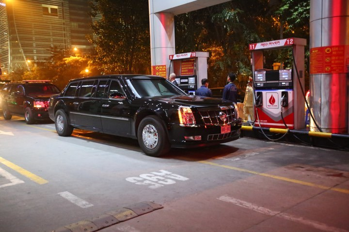 Xe Quái thú của ông Trump đổ xăng sau khi rời khách sạn Metropole-4
