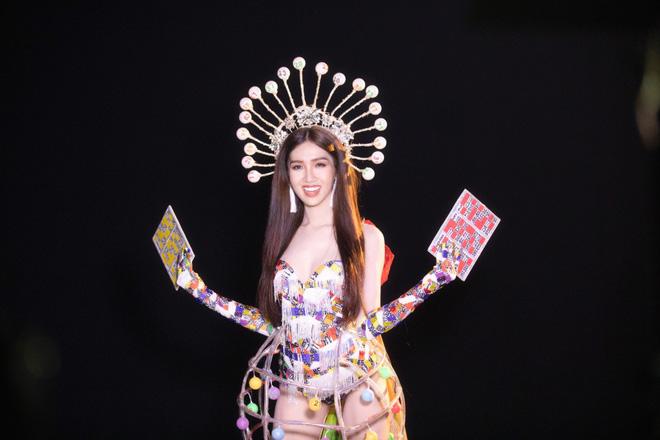 Trang phục gợi cảm, gây tranh cãi của đại diện Việt Nam tại Hoa hậu Chuyển giới-5