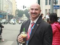 Đặc vụ Mỹ đi bộ cả cây số mua đồ ăn, khen cà phê Hà Nội ngon