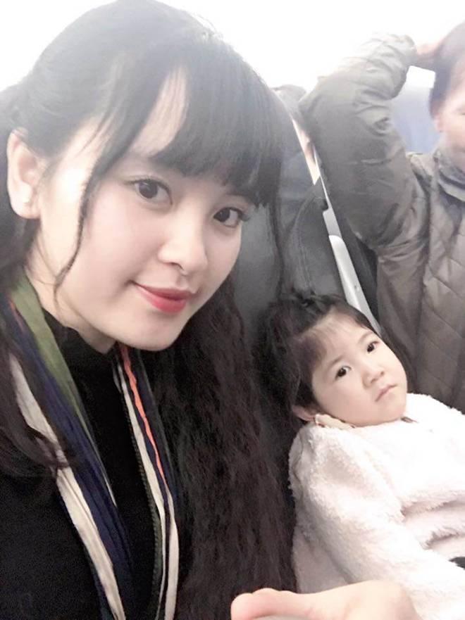 Hình ảnh mới nhất của bé gái Lào Cai bị suy dinh dưỡng: Cằm nhọn, cao lớn không nhận ra-6