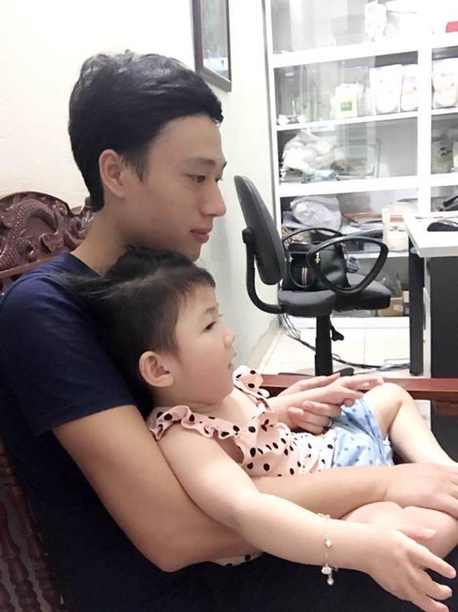 Hình ảnh mới nhất của bé gái Lào Cai bị suy dinh dưỡng: Cằm nhọn, cao lớn không nhận ra-7