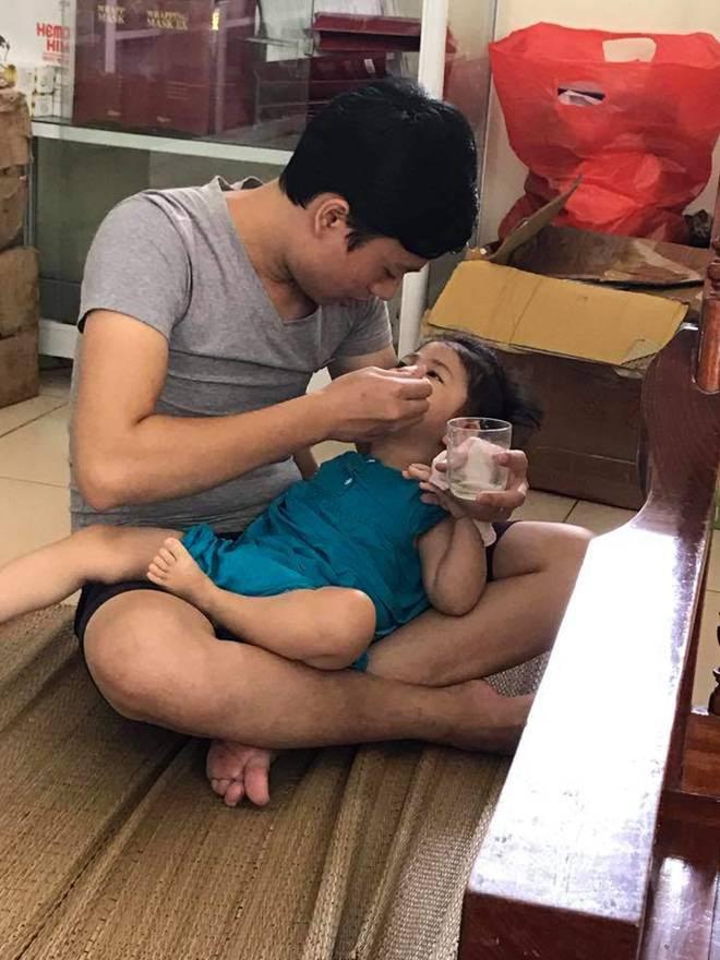 Hình ảnh mới nhất của bé gái Lào Cai bị suy dinh dưỡng: Cằm nhọn, cao lớn không nhận ra-8