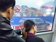 Đưa 'bàn tay ngôn tình' đỡ cô gái ngủ quên trên xe buýt, chàng trai vô tình được chú ý
